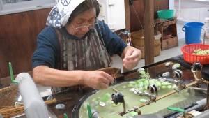 老奶奶示範摞絲技藝