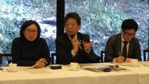 左起:錢社主 原部長討論誘致外國觀光客作法