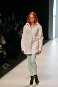 看似自然素材製成的服裝,其實是運用夜光科技的人工纖維