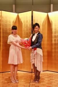 偶像團體成員前島亞美(左)認為謝依旻在日本女流棋界佔有領導的地位,希望可以向她多學習