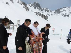 日本的工作人員亦步亦趨照顧新人