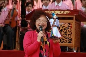 宜蘭縣立復興國中校長游淑珣特別贈送布袋戲偶給東京中華學校