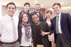 国立政治大学の学生と交流を深める訪問団