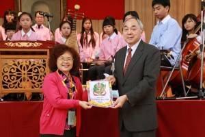 東京中華學校校長劉劍城(右)代表致贈校旗給復興國中