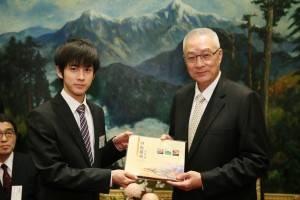呉敦義副総統とも面会。左は大賞を受賞した内部錦君(大学4年生)