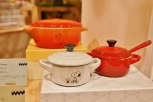 東京史努比博物館和許多品牌跨界合作推出商品,圖為和法國品牌Le Creuset合作的迷你鍋具(©Peanuts)