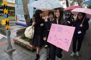 受賞学生らは延平高校で熱烈な歓迎を受けた