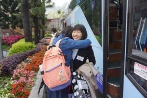 ホームステイの受け入れをしてくれた東呉大学生との別れを惜しむ南山大学2年生の福島里奈さん