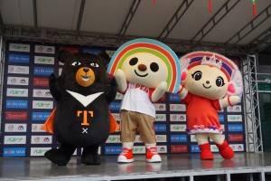 「喔熊(オーション、OhBear)」と「OPENちゃん」、「PLEASEちゃん」がダンスを披露