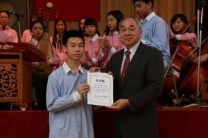 東京中華學校亦頒贈感謝狀給復興中學和演出的學生(圖左,學生代表劉奕廷代表接受)