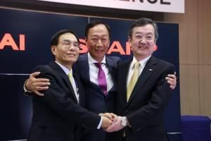 鴻海グループの戴正吳副総裁(左)と鴻海グループの郭台銘董事長(中)及びシャープの高橋興三社長