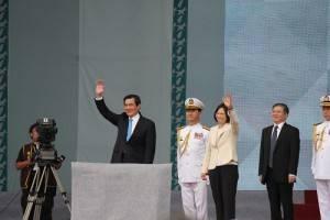 新舊任總統蔡英文和馬英九先出現在祝賀大會上和民眾致意