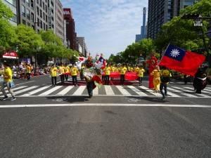 台灣團隊在三太子領隊下 走上神戶街頭