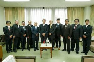 鐮倉市議會日台友好親善議員聯盟成員與駐處處長粘信士合影