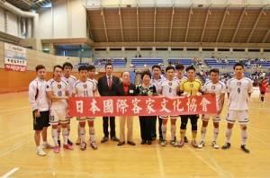 日本國際客家文化協會會長邱泱棟(右6)特別到場支持中華隊選手(右7為浦安Bardral球隊代表塩谷竜生)