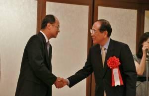 日本交流會長大橋光夫(右)致完詞後,便下台和駐日代表沈斯淳握手致意