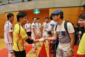 有日本球迷在現場和台灣選手交流,稱讚台灣選手表現得不錯