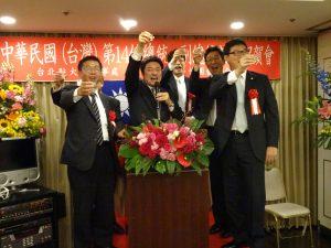 日本眾議員中山泰秀(左2)與岡下昌平(右2)、邀請立委姚文智(右1)、許智傑(左1)及張處長共同舉杯祝賀