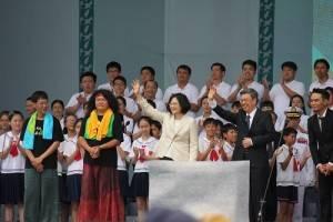 新任總統、副總統蔡英文和陳建仁在舞台上向民眾揮手致意