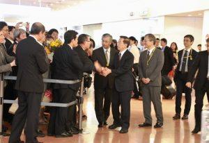 駐日代表謝長廷(圖中)抵達羽田機場,接受旅日僑民的歡迎
