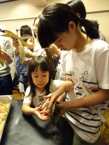 會員子女認真學習包粽子