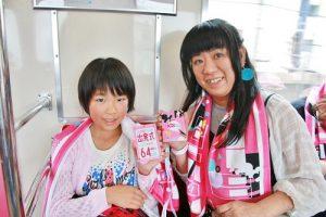 喜愛卡莉怪妞的母女一起展示首航列車紀念票