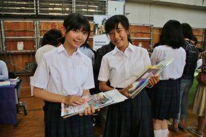 東京中華學校中學2年級學生有意到台灣留學,特別在現場了解各校招生訊息