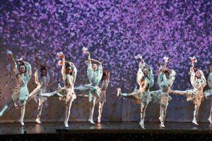 舞台和觀眾席都落下大量紙花碎片,重現櫻吹雪的浪滿景象