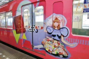 車廂外有卡莉怪妞代表歌曲的彩繪設計