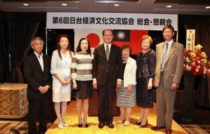 駐處處長粘信士伉儷(左3、4)與日台經濟文化交流協會會長上村直子(右3),以及橫濱僑領合影