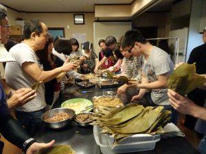 僑胞與日本友人動手挑戰包粽