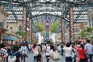 東京迪士尼樂園則有大型裝置,呼應七夕活動