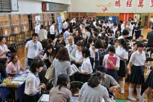 留學展上聚集許多學生和家長在場內聽取各校說明