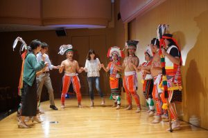 来場者も舞台にあがり、一緒にダンス