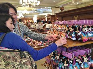 遊客對於七夕活動推出的限定商品也相當感興趣