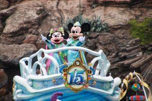 東京迪士尼海洋七夕迎賓遊行,有身穿七夕服裝的米奇和米妮現身
