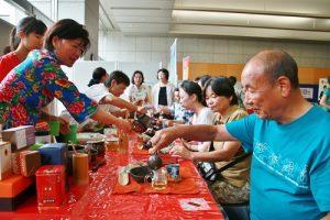 現場也有指導泡台灣茶的攤位,相當有人氣