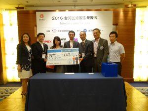 交流會上、中華航空大阪支店支店長孫鴻文(右2)贈送兩張商務艙來回機票,並對到場廠商提供行李重量優惠服務。