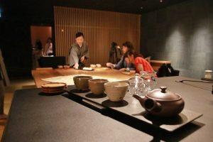 每個客房樓層皆設有日式休閒廳(Ochanoma Lounge)提供24小石茶點、酒和點心的服務