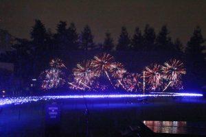 秋田縣大仙市全國花火競技大會提供的花火演出,充滿和式風格