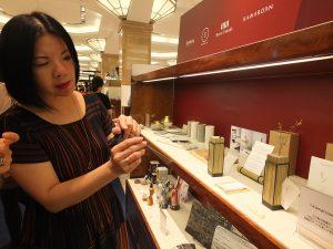 台湾デザイナーのプロダクトを説明する台北市文化局の謝佩霓局長