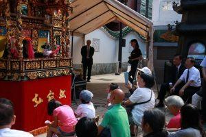 訪團停留在橫濱媽祖廟,欣賞弘宛然布袋戲的公演