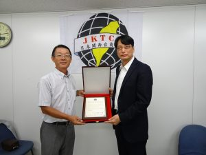 駐大阪辦事處處長張仁久頒贈送暖台南震災感謝狀予會長王明裕