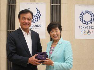 東京都知事小池百合子(右)與立法院長蘇嘉全互贈紀念品