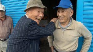 仍會說些台語的灣生冨永勝(左)回到自己出生地花蓮,尋找兒時玩伴(©田澤文化有限公司)