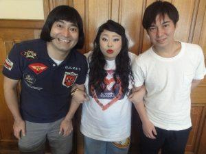 渡辺直美さん(中央)とハイキングウォーキングさん