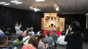 觀眾對原裝舞台趣味津津 紛紛拍照留念