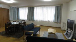 寬敞的客廳可以打地鋪