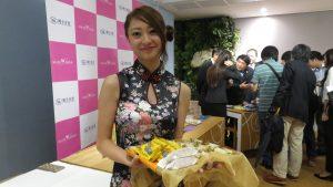 WILLER GROUP的員工穿上旗袍 介紹台灣美食