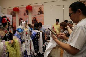 精緻的布袋戲偶吸引許多民眾搶拍